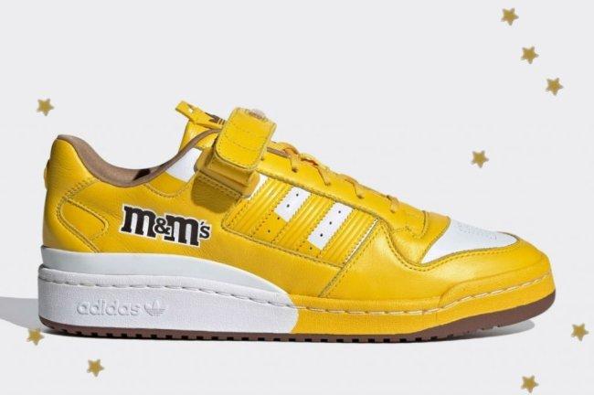 Lateral do tênis inspirado na marca M&M's, ele é amarelo com detalhes em branco.