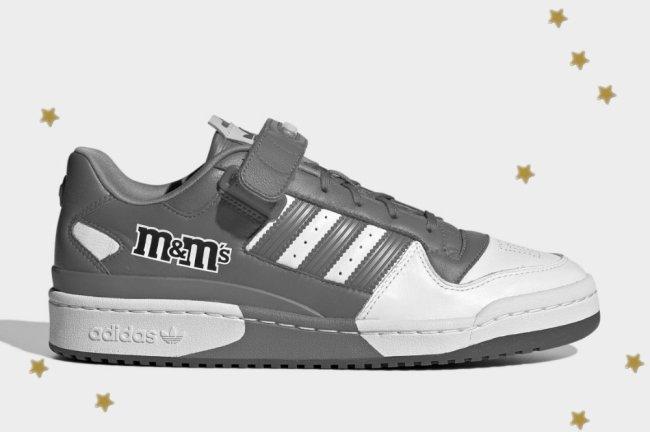 Tênis inspirado na marca M&M's, ele é cinza com detalhes em branco.