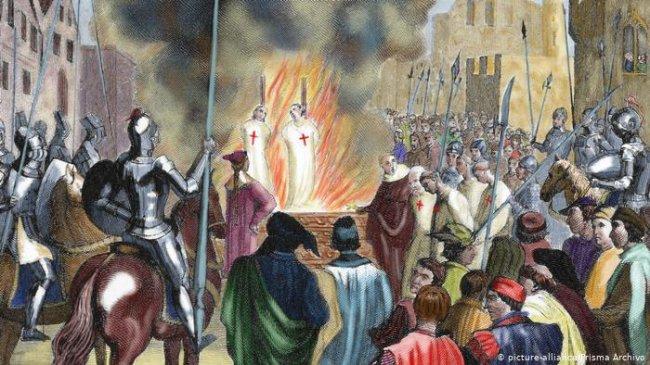 Ilustração de cavaleiros templários, vestidos de branco com uma cruz vermelha no peito, sendo queimados vivos em fogueira no meio de uma praça pública, durante a Idade Média
