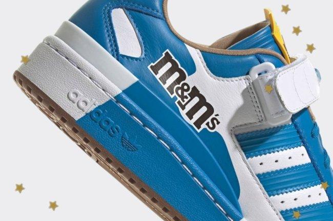 Tênis inspirado na marca M&M's, ele é azul com detalhes em branco.