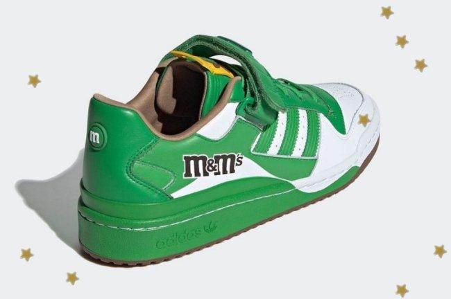 Tênis inspirado na marca M&M's, ele é verde com detalhes em branco.