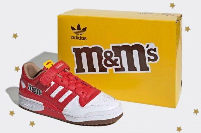 Tênis inspirado na marca M&M's, ele é vermelho com detalhes em branco.