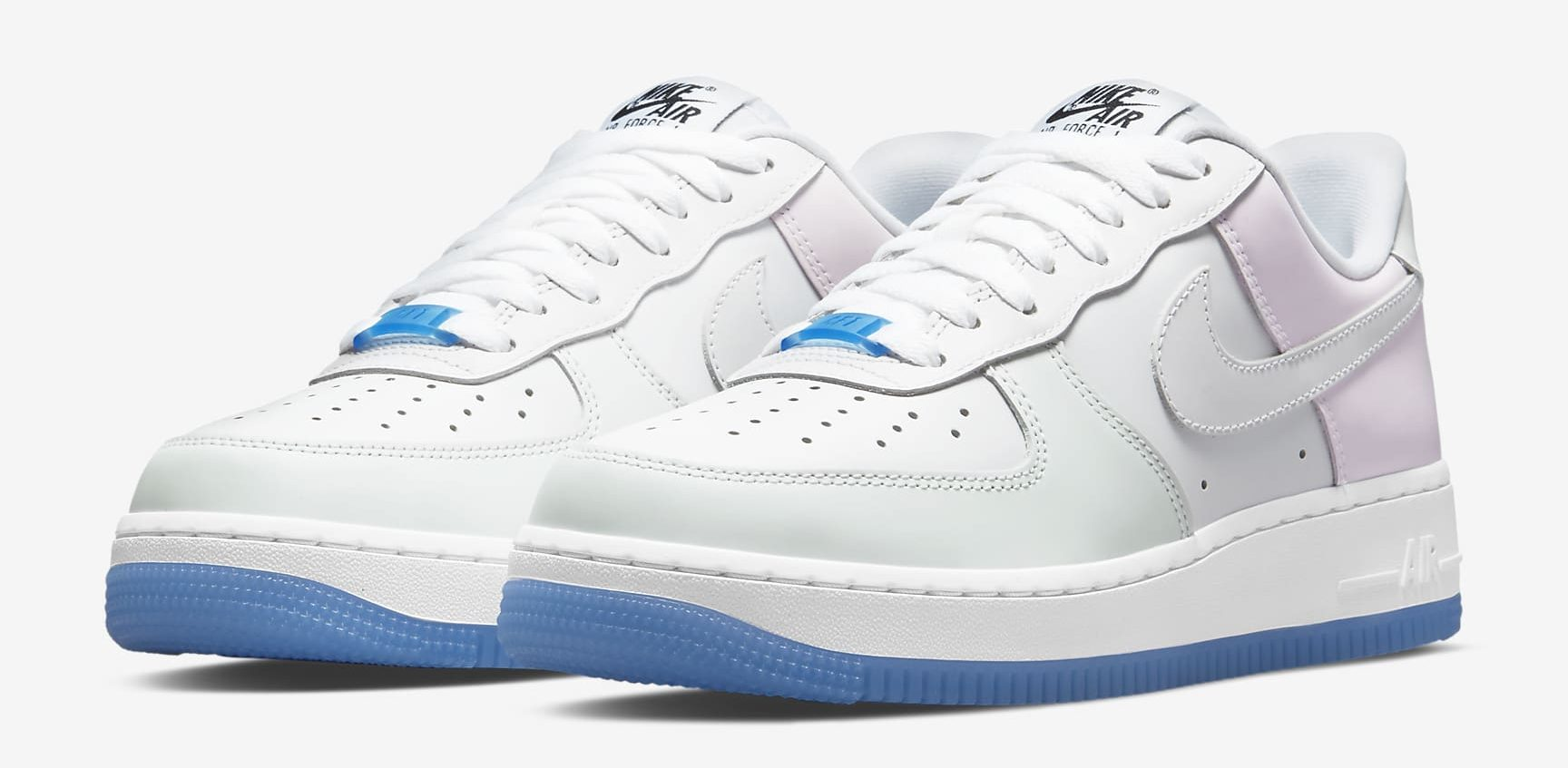 Tênis da Nike branco com detalhes em azul e rosa pastel e sola azul