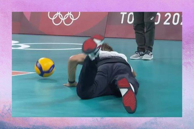 Técnico da França dando um peixinho no chão para tentar salvar a bola