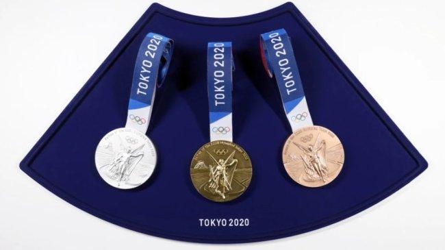 Medalhas de ouro, prata e bronze, das Olimpíadas de Tóquio, apoiadas sobre um estojo azul