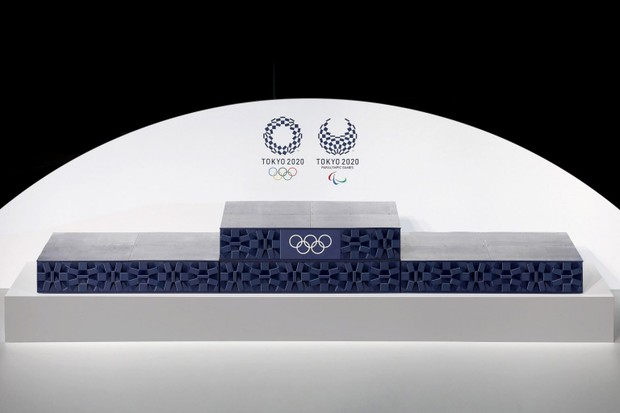 Tóquio olímpico produzido com lixo eletrônico. Ele é azul, craquelado e tem o símbolo das Olimpíadas no centro