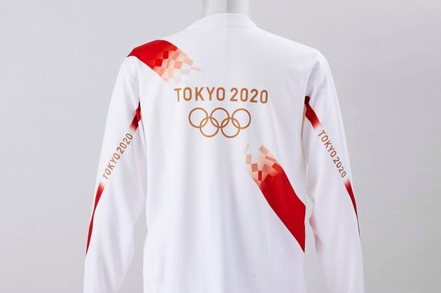 Foto de uma jaqueta branca com estampa escrita
