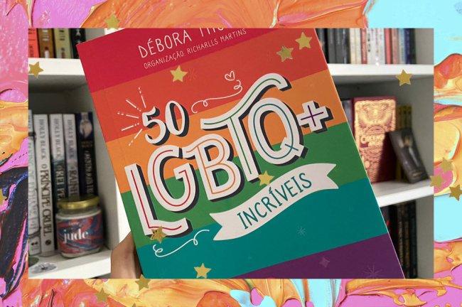 Foto do livro 50 LGBTQ+ Incríveis, livro de Débora Thomé com organização de Richarlls Martins; o exemplar está sendo segurando na frente de uma estante branca com outros livros e artigos de decoração literária como velas e cards; a capa é listrada com as cores da bandeira LGBTQ+ e o título está em destaque no centro da capa; a margem é uma textura de tintas nas cores amarela, azul, rosa, laranja e estrelas amarelas decoram a imagem