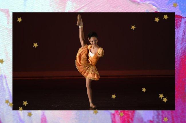Foto com borda colorida e uma bailarina posando com uma das pernas levantadas.