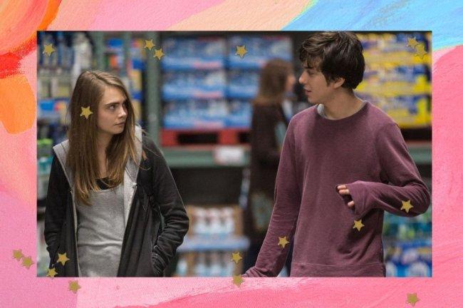 Jovens se olhando em corredor do supermercado. Faz parte do filme Cidades de Papel.