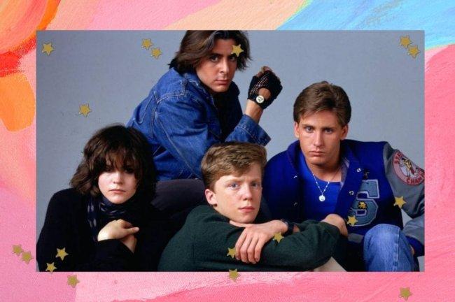 Quatro jovens sentados com expressões sérias. Eles fazem parte do filme Clube dos Cinco, e posando em fundo cinza para poster promocional do filme.