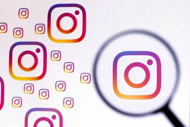 Arte com vários logos do Instagram espalhados sobre um fundo branco. Em um deles, há uma lupa sobreposta