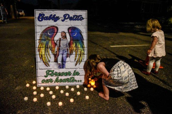 Duas crianças acendendo velas no memorial em homenagem a Gabbie Petito