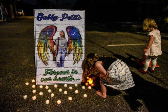 Gabbie Petito: funeral ocorre com urna vazia; noivo está escondido em mata