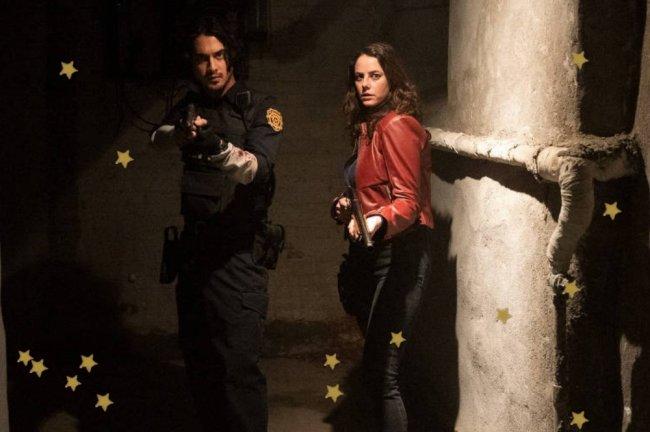 Kaya Scodelario em imagem do filme Resident Evil, ela aparece com jaqueta vermelha e expressão preocupada.
