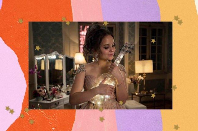 Montagem com foto de Larissa Manoela em Meus 15 anos, ela usa um vestido dourado e segura um ukulele.