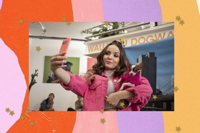 Larissa Manoela tirando selfie em cena do filme Modo avião.