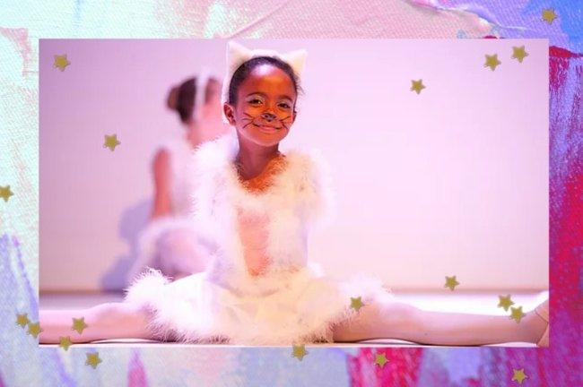 Foto com borda colorida e uma bailarina sentada e sorridente.