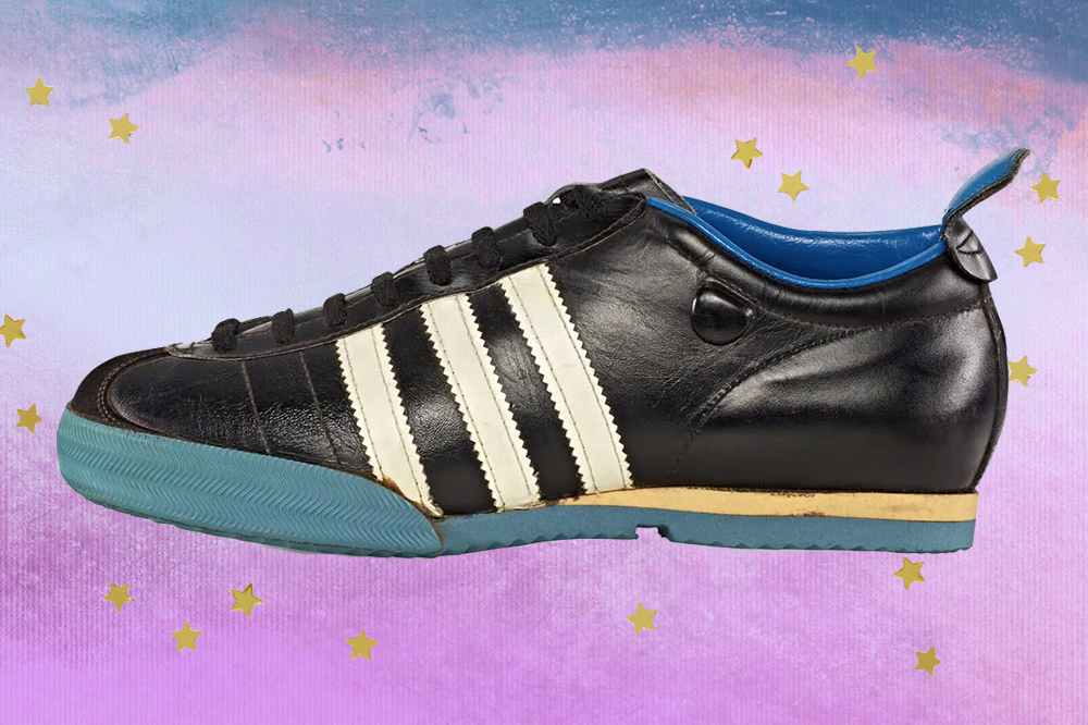 Montagem com tênis Samba, da Adidas, preto, branco e azul criado em 1960, em fundo com degradê de lilás e azul e estrelinhas douradas.