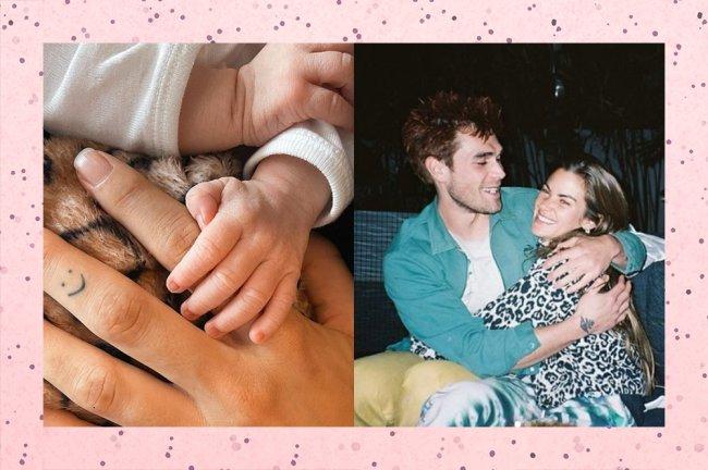 Foto de KJ Apa e Clara Berry rindo um pro outro, e da mão da Clara segunda a mãozinha do seu primeiro filho