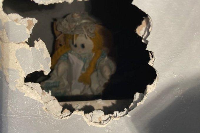 Homem encontra boneca escondida na parede da casa com bilhete assustador