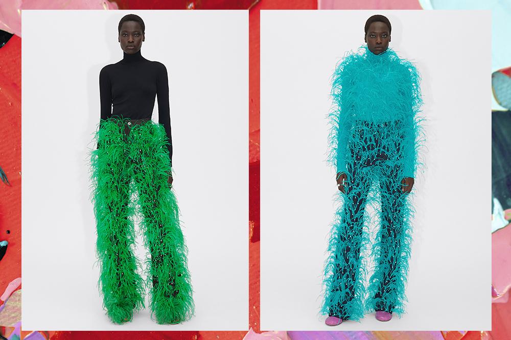 Montagem com duas fotos de uma modelo negra. À esquerda, ela está com uma blusa preta de manga longa e calça jeans com plumas verdes da Bottega Veneta. À direita, ela está toda de azul com a mesma calça de plumas. O fundo possui tintas vermelhas e verdes.