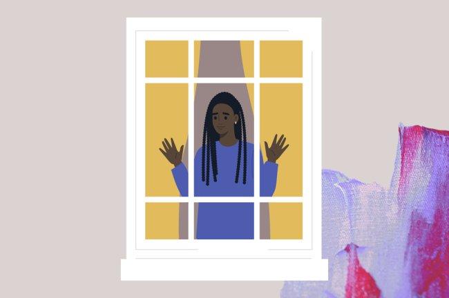 Foto de uma garota negra, com tranças no cabelo, olhando para fora de casa por uma janela. O rosto é de preocupação.