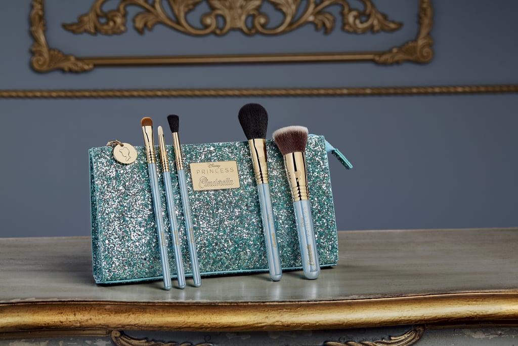 Pincéis e nécessaire azul brilhante da coleção de maquiagem inspirada na Cinderela da Sigma Beauty