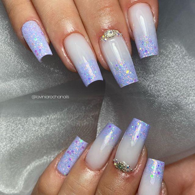 Foto com foco nas unhas mostrando a francesinha com glitter.