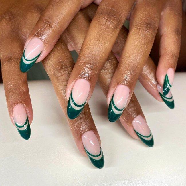 Foto com foco nas mão mostrando os dedos com francesinha dupla na cor verde.