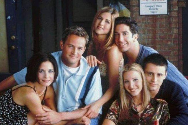 Foto de divulgação da série Friends, com seis pessoas sorrindo e posando na imagem