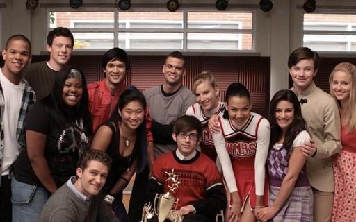 Foto de divulgação da série Glee. Nela, aparecem um grupo de pessoas posando junto de um prêmio.