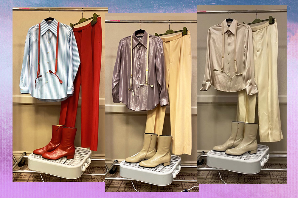 Montagem em fundo degradê lilás e azul com três looks usados por Harry Styles em sua turnê nos Estados Unidos. À esquerda, um look com camisa azul, suspensório vermelho, calça e bota vermelhas. Ao meio, uma camisa cintilante roxa e uma calça pantalona em tom de creme e bota. À direita, uma camisa cintilante, calça creme e a mesma bota.