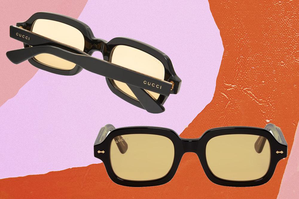 Montagem com fundo rosa, lilás em laranja em que há duas fotos de óculos de sol com lentes amareladas e armação preta da Gucci.