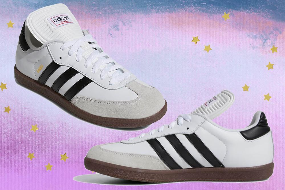Montagem em fundo degradê lilás e azul com estrelinhas douradas de duas fotos do tênis Adidas Samba Classic que é branco, possui listras pretas e solado marrom.