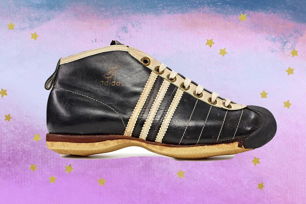 Montagem com tênis Samba, da Adidas, preto criado em 1949, em fundo com degradê de lilás e azul e estrelinhas douradas.