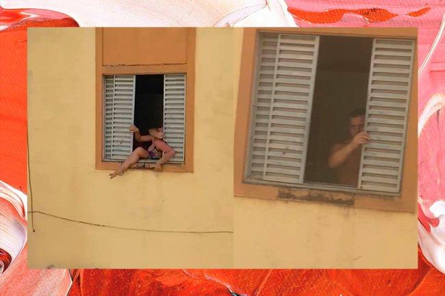 Colagem com duas imagens. Na primeira, mulher aparece tentando escapar de agressor através de uma janela. Na segunda, agressor fecha a janela.