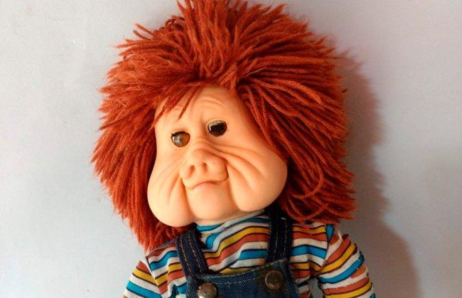 Imagem do boneco Fofão, sucesso dos anos 80. Ele é ruivo, tem o cabelo espetado e bem bochechudo