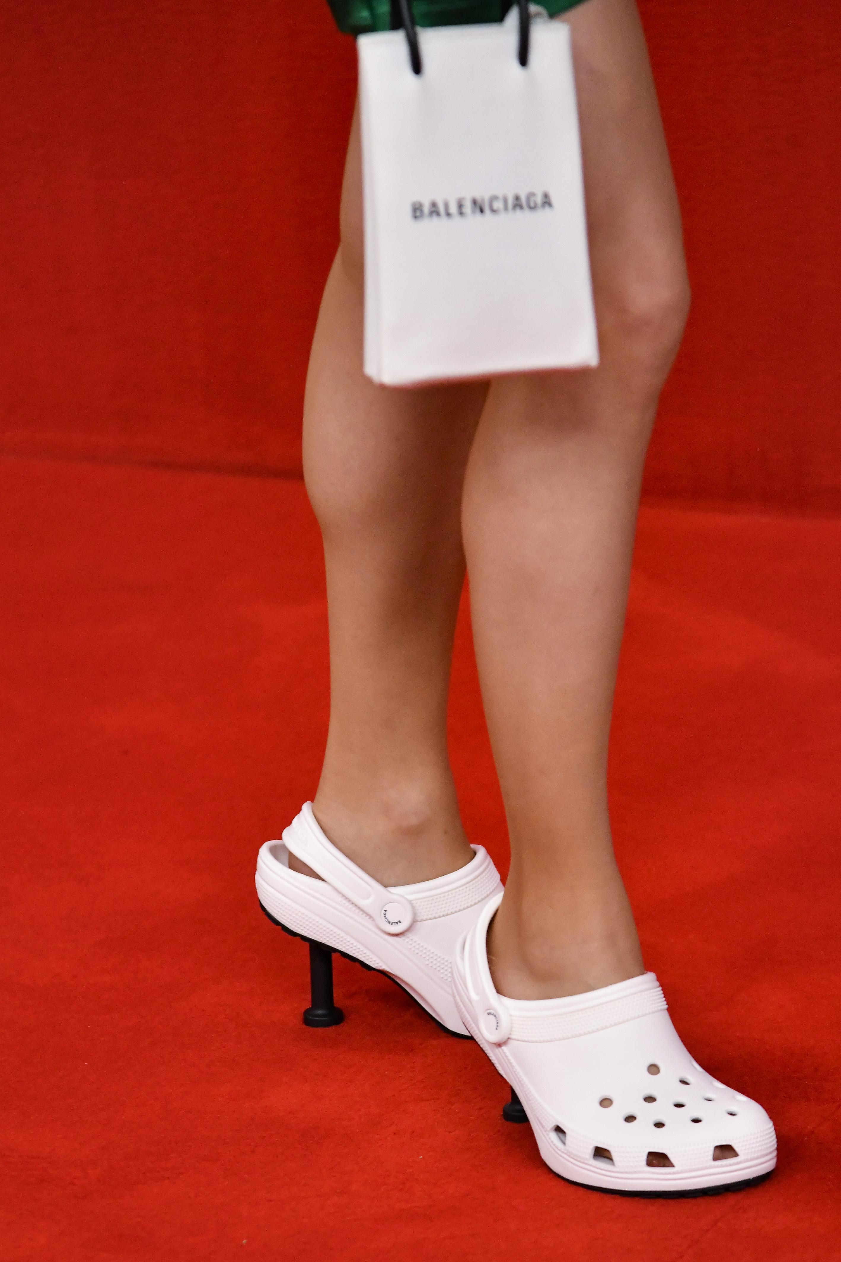 Pés de modelo usando Crocs branco de salto no desfile de primavera-verão da Balenciaga na semana de moda de Paris