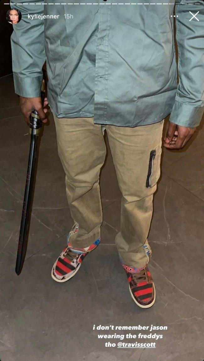 Print do story do Instagram da Kylie Jenner. A foto mostra a roupa do cantor Travis Scott, ele usa um casaco claro, calça clara e tênis da Nike inspirado no Freddy Krueger.