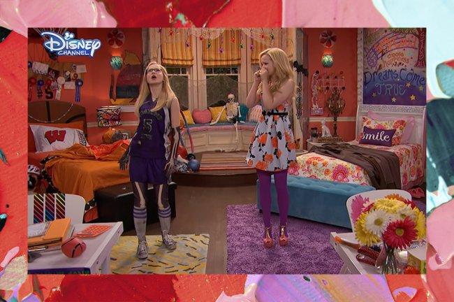 Quarto de Liv e Maddie, da série Liv e Maddie, do Disney Channel; o lado esquerdo é marcado pelos itens de basquete de Maddie e predomina a cor laranja; já do lado direito o ambiente é mais colorido com um tapete roxo e roupa de cama floral para marcar o lado de Liv; o cômodo conta com duas camas e as personagens estão no meio do quarto conversando com expressões surpresa; a margem é uma textura de tintas em tons de vermelho, roxo, verde, rosa e branco