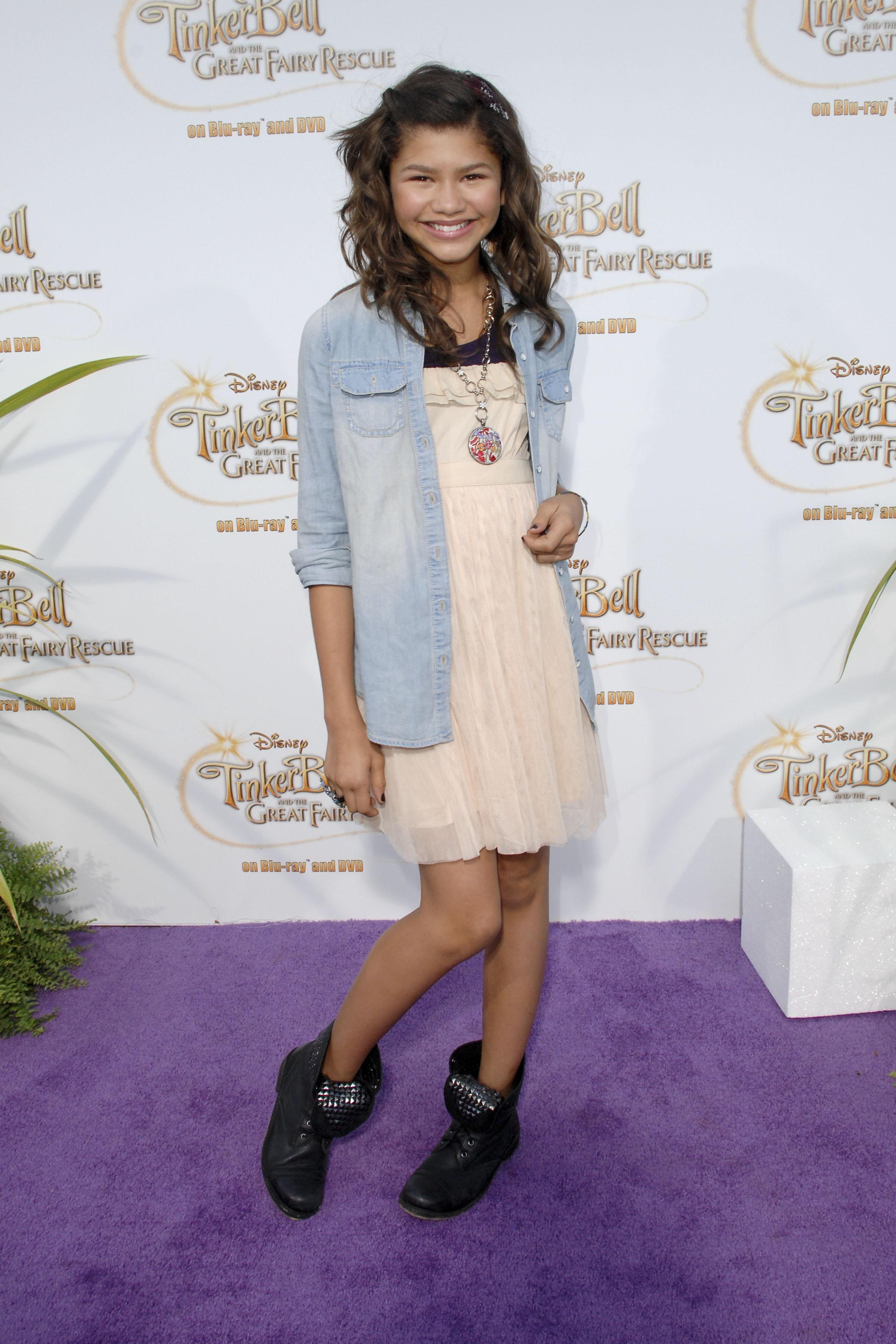 Zendaya usando vestido nude, jaqueta jeans e botinha preta em première de filme da Tinker Bell, em 2010