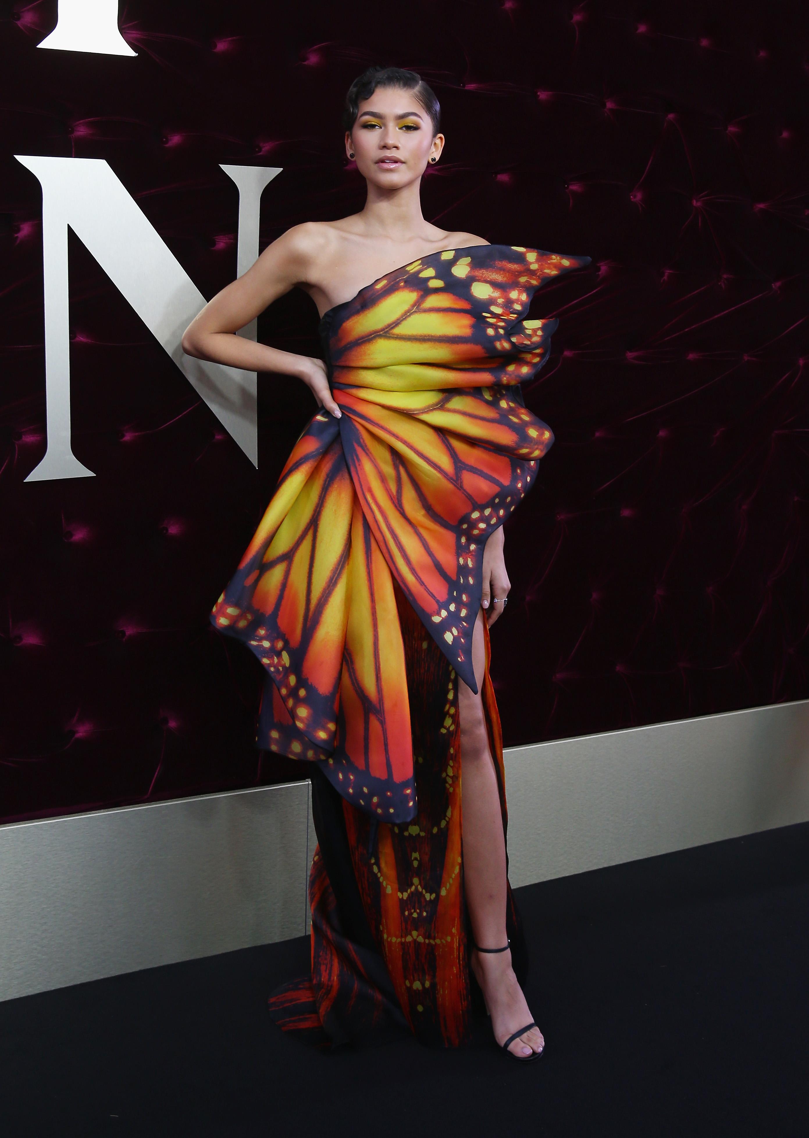 Zendaya usando vestido amarelo e laranja de borboleta na première de O Rei do Show na Austrália, em 2017